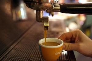 La preparazione di un caffe' espresso in un bar di Pontedera, Pisa, 24 ottobre 2006.   ANSA/FRANCO SILVI