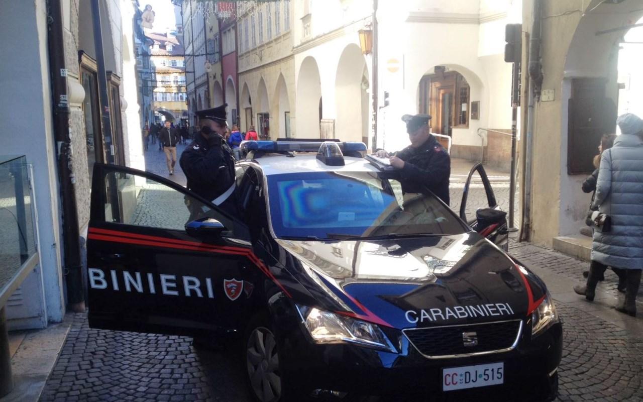 20170111-la-pattuglia-dei-carabinieri-di-bolzano-su-via-dei-portici