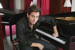 37-peter-posa-accanto-al-pianoforte