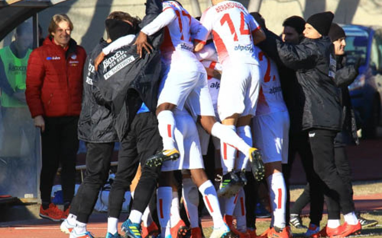 L'esultanza della squadra con mister Zanetti