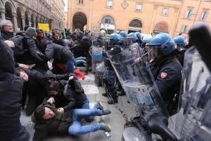 Scontri tra polizia e centri sociali in vista del comizio del leader di Forza Nuova, Roberto Fiore, in piazza Galvani, Bologna, 16 febbraio 2018.  ANSA/GIORGIO BENVENUTI