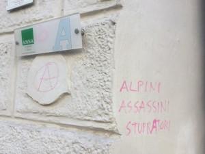 Sul muro sede Ansa di Bolzano compare scritta contro gli alpini