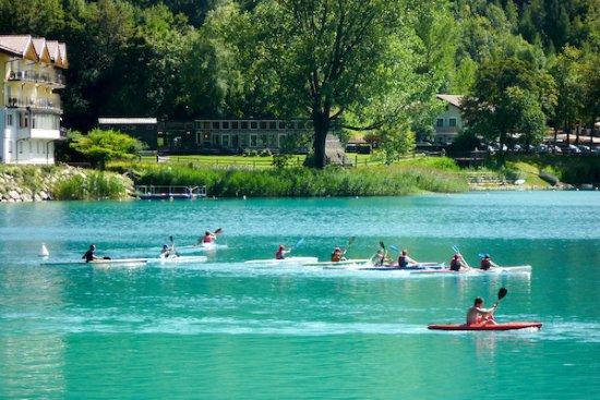 Pranza e fa il bagno nel lago di ledro turista tedesco di 33 anni muore affogato radio nbc - Bagno in tedesco ...