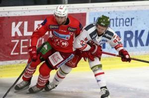 EBEL. Eishockey Bundesliga. KAC gegenHCB Suedtirol Alperia. Duller Christoph (KAC), Findlay Brett (Bozen). Klagenfurt, am 9.12.2018. Foto: Kuess