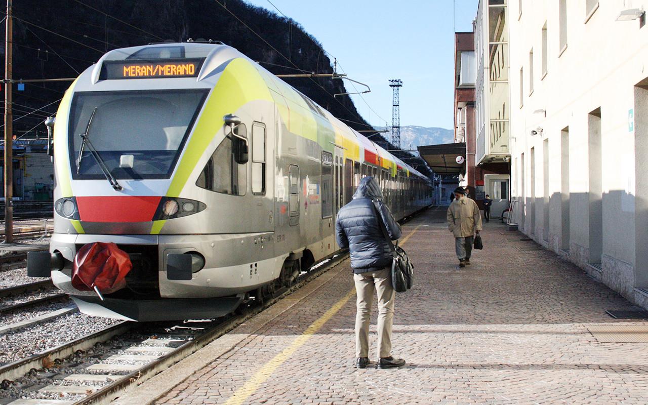 Stazione Bolzano Treni Treno Attesa 1 Ferrovia Ferrovie