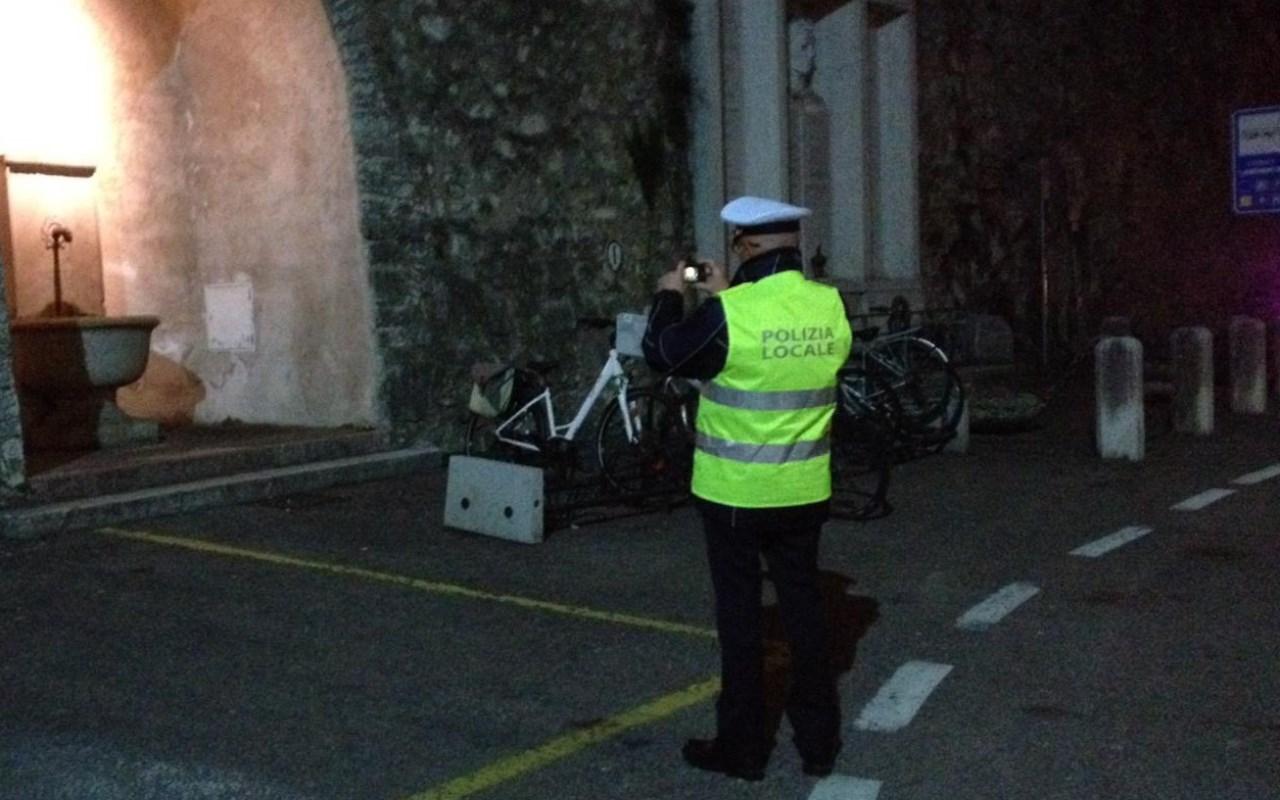 agente che controlla area dove sono stati depositati i rifiuti