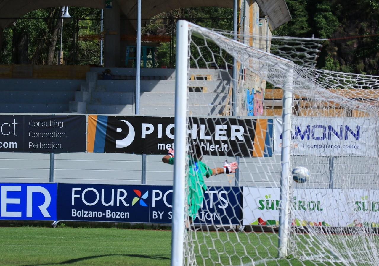Il pallone si infila nell'angolino su punizione di Morosini che vale l'1-0