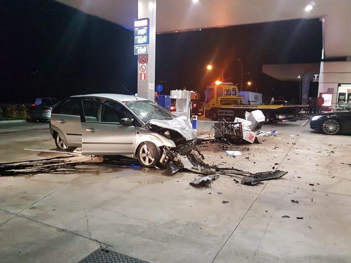 Auto abbatte pompa di benzina in Alto Adige